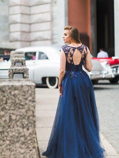 Długa syrena czy mała czarna? Wybieramy modną sukienkę na studniówkę