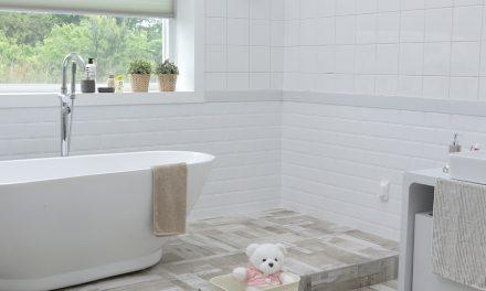 Remontujesz łazienkę? Zobacz, jakie dodatki wybrać, aby prezentowała się modnie w najbliższych sezonach!