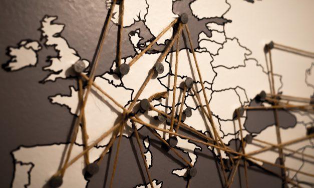 Spersonalizowana mapa świata oryginalną dekoracją wnętrza