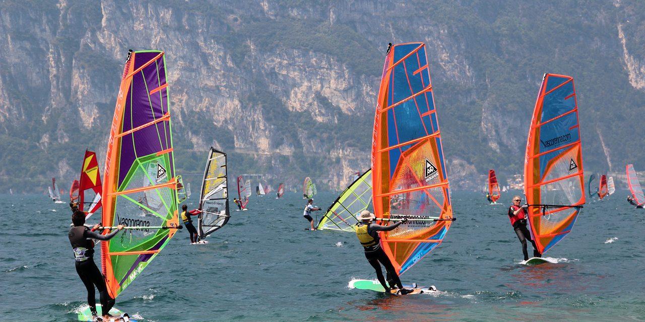 Obozy windsurfingowe dla dzieci i młodzieży – zakochaj się w sporcie