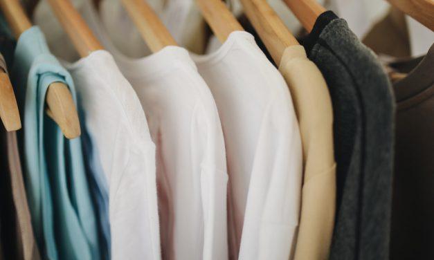 Wiosenne porządki w szafie – jakie ubrania zostawić, a jakie oddać?