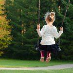 Jak stworzyć bezpieczny plac zabaw dla dziecka w ogrodzie